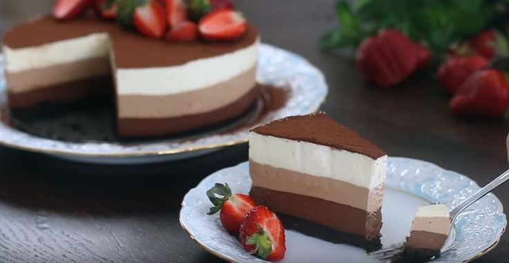 Mikä voisi olla parempaa kuin suklaakakku? —kolmen suklaan kakku tietysti. Nykyaikana monilla ei juurikaan ole mahdollisuutta käyttää monta tuntia kakun leipomiseen. Siksi hyydyke- ja moussekakut ovatkin niin suosittuja. Netistä löytyy monia mielenkiintoisia reseptejä, mutta tämä uskomaton kolmen