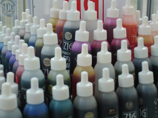 Cómo hacer tinta de alcohol para los sellos de goma con alcohol isopropílico y tinte Rit para telas.