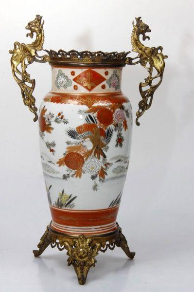 Vaso de porcelana japonesa Imari, alças de bronze na figura de cavalos marinhos. 36cm altura