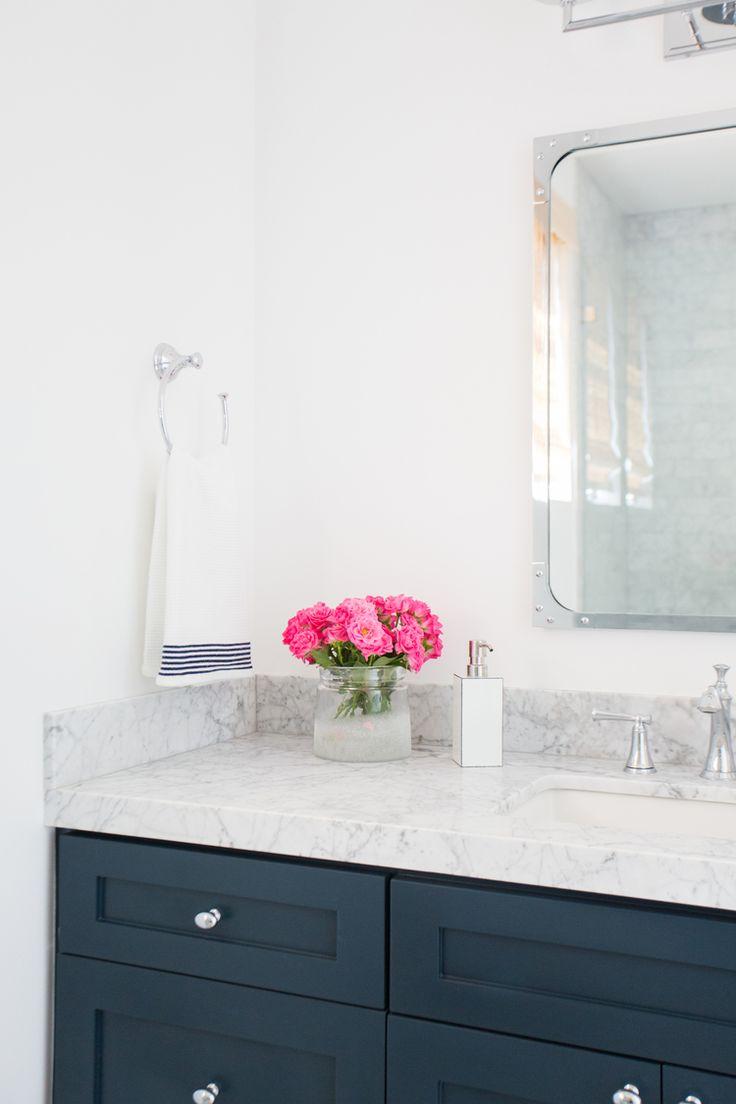 Dark blue and white bathroom - 25 Best Ideas About Gray And White Bathroom On Pinterest Gray And White Bathroom Ideas Double Vanity And Double Sink Bathroom