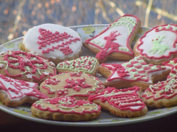 Vianočné medovníčky - Tohtoročné Vianoce budú čochvíľa klopať na dvere a medovníčky nemôžu chýbať. Skúšala som už rôzne cestá na medovníčky, ale tento sa mi páči najviac. Objavila som ho v časopise Torty od mamy, kde bol článok o pani Judit Czinkné Poór, ktorá medovníčky pečie už 16 rokov a zdobí ich 3D technikou. Na facebooku si môžte pozrieť jej tvorbu na stránke s názvom Mézesmanna, ako ju aj prezývajú. Jej tvorba mi učarovala.