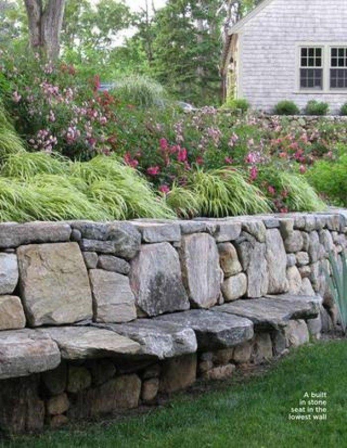 stenen bank tegen helling