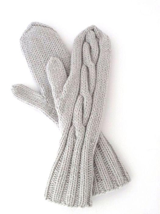 hand knitted mittens with cable pattern handgestrickte Fäustlinge mit Zopfmuster