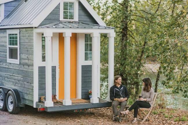 Фамильные Крошечный дом находится в Портленде, штат Орегон.  Они сделали это довольно мобильного жилища.