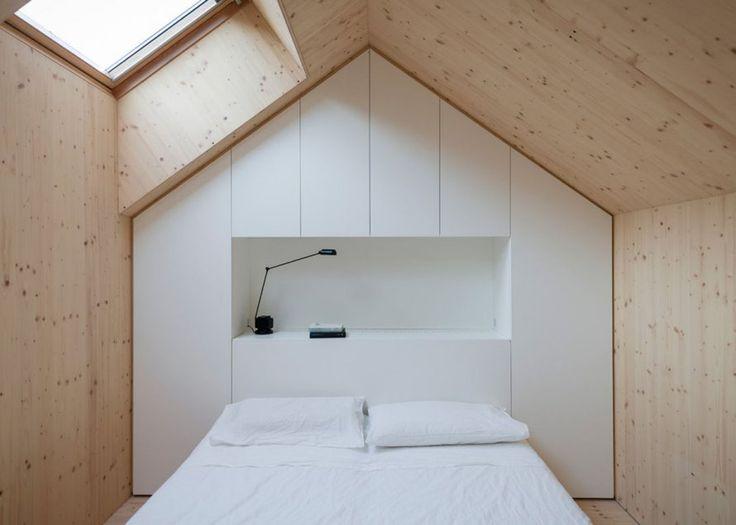 """<p style=""""text-align: justify;"""">Dans cette petite chambre sous les toits, le <strong>dressing</strong> est encastré dans le mur et ne prend ainsi aucune place supplémentaire. Divis..."""
