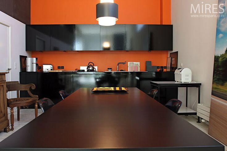 aménagement cuisine noir et orange