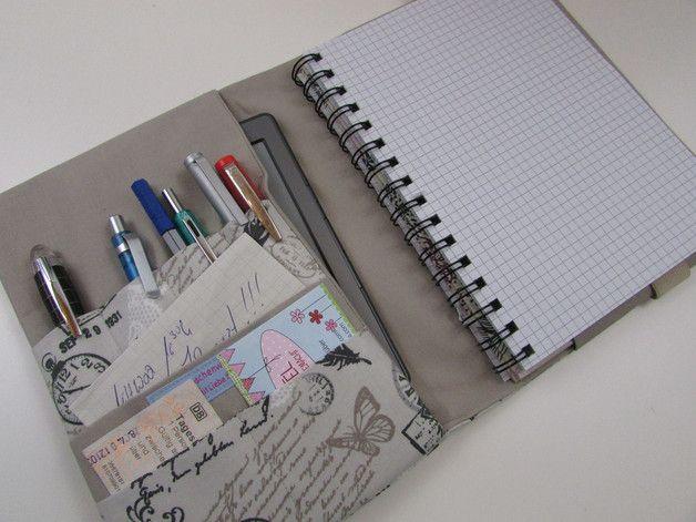 Diese Hülle für Notizbücher oder Kalender eignet sich für viele Gelegenheiten: für Schüler und Studenten, als kleines, mobiles Büro, als Reiseetui für Reiseunterlagen oder das Reisetagebuch. Als...