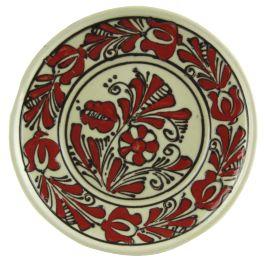 Pictata in nuante de rosu si maro cu imagini florale, farfuria este lucrata manual din ceramica glazurata si are doua orificii dispuse pe partea din spate si sarma, pentru a putea fi expusa pe perete.Ceramica de Corund este decorata cu ajutorul unei penite realizate dintr-un corn de vita si o pana de gasca, ori cu un varf metalic, fiecare obiect fiind luat in mana de 66 de ori pentru a aduce noroc celui care il va cumpara.Fiind lucrate manual, coloritul, modelul, greutatea si forma…
