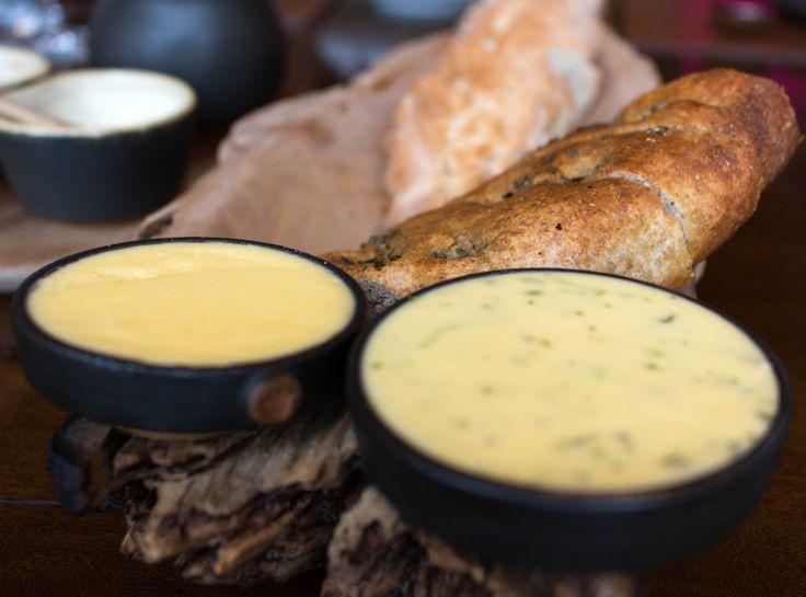 Pães excelentes a manteiga fenomenal, produzida com o leite das vacas da…