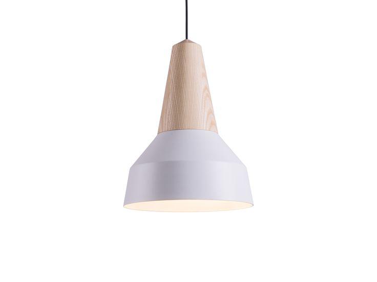 Mit einem Handgriff ist der Lampenschirm gewechselt und eine andere Form oder Farbe kann an der jeweiligen Holzbasis installiert werden. Auch für größere Räume, wie Hotels und Verkaufsräume, ermöglicht diese Leuchte durch einfaches Kombinieren oder Austauschen daher viel Variabilität.