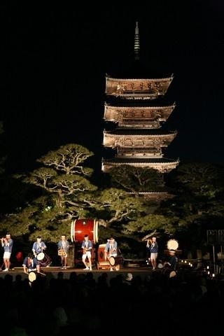 Okayama Soja 岡山(おかやま) 総社(そうじゃ)  備中国分寺  2013年5月3日(金)19:00~21:00  幻想の響宴  げんそうのきょうえん  観客を魅了する一夜限りのステージ  幻想の響宴 温羅たて  神楽,和太鼓,獅子舞,日本舞踊などの郷土芸能を上演。 ライトアップされた備中国分寺五重塔を背景に披露される郷土芸能をお楽しみください。