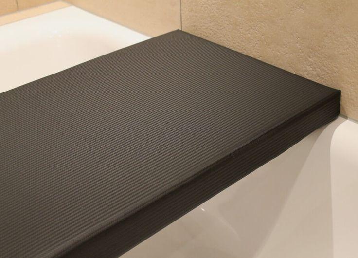 Badewannenauflage aus Kunstleder mit feiner metallisch glänzender Oberfläche in Karbon-Optik.