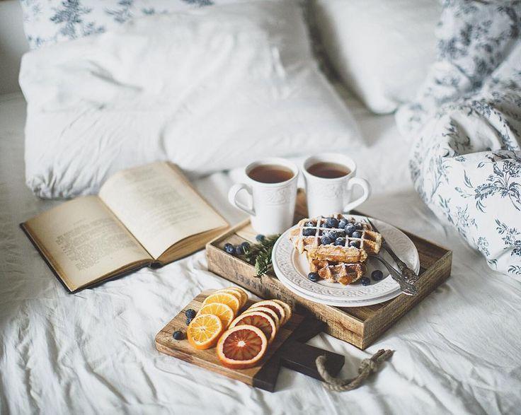 «Доброе утро! Я сегодня целый день дома, поэтому да, у меня еще утро. Я наконец-то выспалась! И у меня получилось снять завтрак в стиле kinfolk для…»
