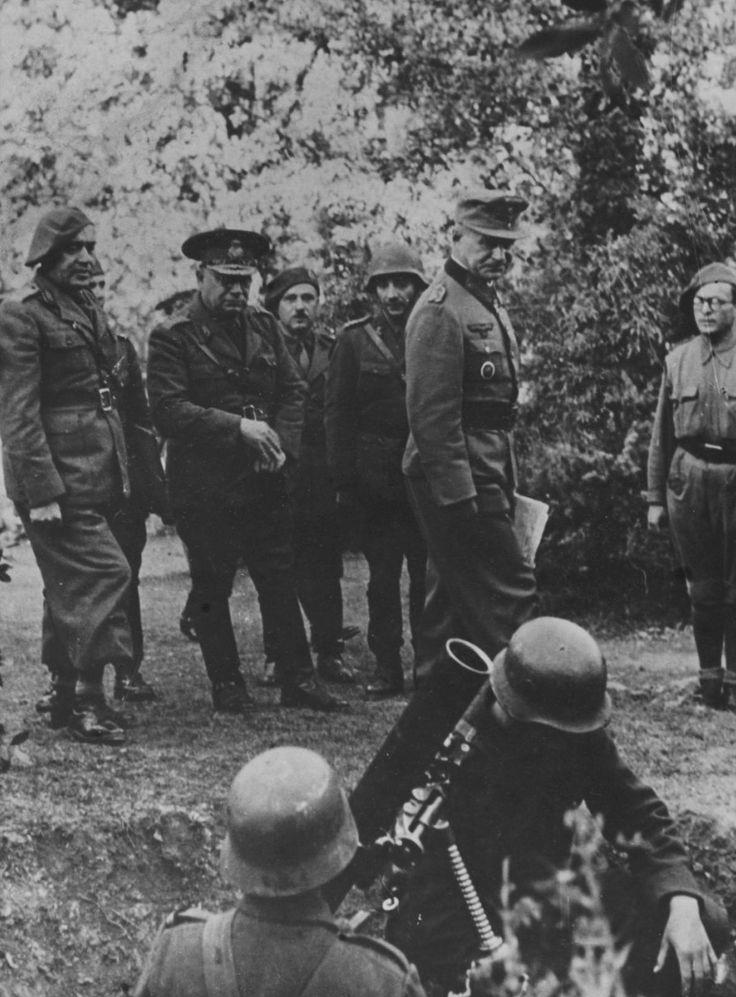 """1944 Ukraine, Krim, der Rumänische Kommandeur der 7. Armee, General Hugo Schwab (Cap) und der """" General der Gebirgstruppe """" Rudolf Konrad Besichtigen die Truppe (Mörser 81,4 mm Brandt md . 1927/31 )"""