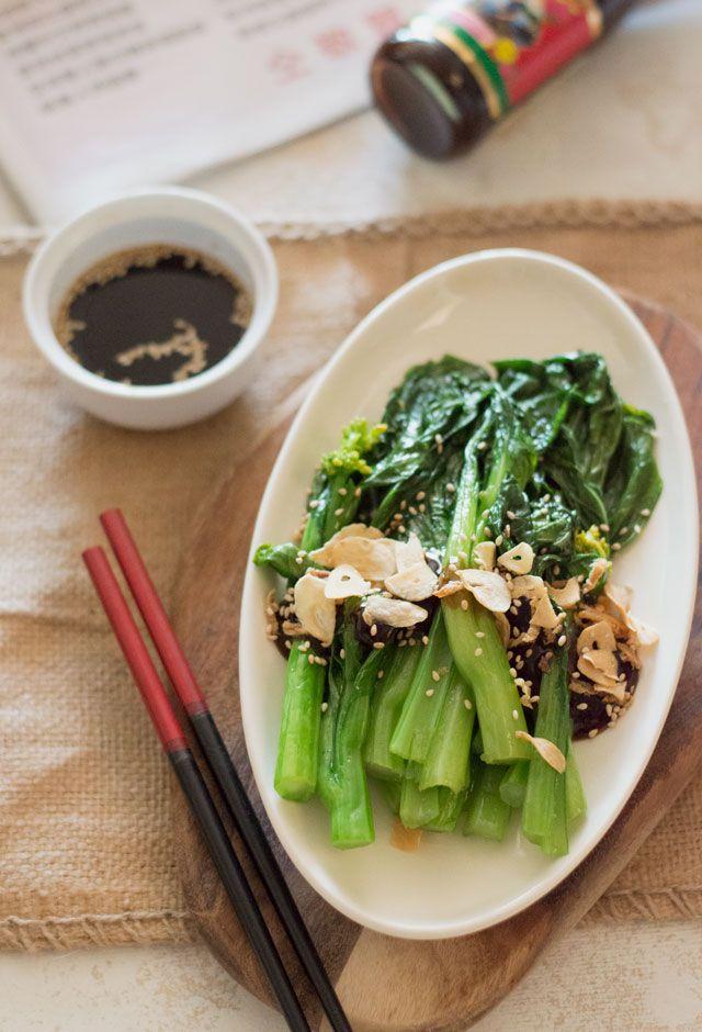 Choy Sum (bloeiende Chinese kool) met oestersaus is een makkelijk, gezond bijgerecht welke je zo op tafel zit. Je kunt ook paksoi gebruiken voor dit gerecht.