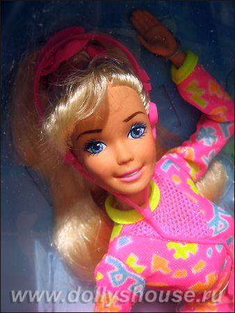 Эта кукла представляет собой квинтэссенцию всех черт, которые мы любим в игровых Барби 1990-х: она имеет прелестный молд Superstar с широкой улыбкой и большими (довольно условно прорисованными) глазами, длинные светлые волосы с небольшой челкой, розовый костюм с яркими принтами и отделкой и яркие стилизованные пластиковые аксессуары (среди которых кассетный плеер с наушниками; сейчас кукле дали бы айпод).