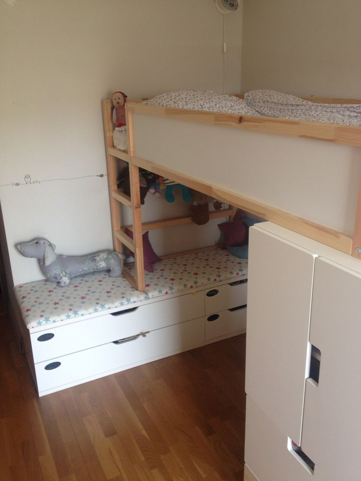 The space underneath the KURA bed was a bit too low so we added STOLMEN chests to win 45 cm AND storage space: exactly what we needed! KURA bed raised