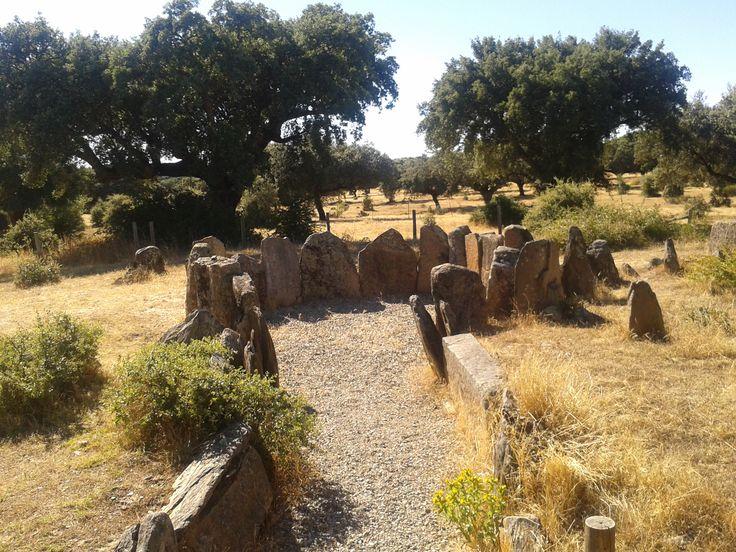 El dolmen de la Encina Grande, de tamaño considerable, en la dehesa boyal de Montehermoso.