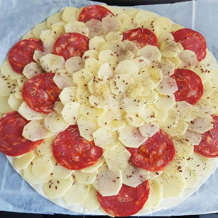 Une recette express de tarte salée qui ravira vos papilles avec le fondant des pommes de terre et le piquant du chorizo. On passe à table, olé ! 🐃 Ingrédients : ♣ 1 pâte feuilletée du commerce ♣ 12…