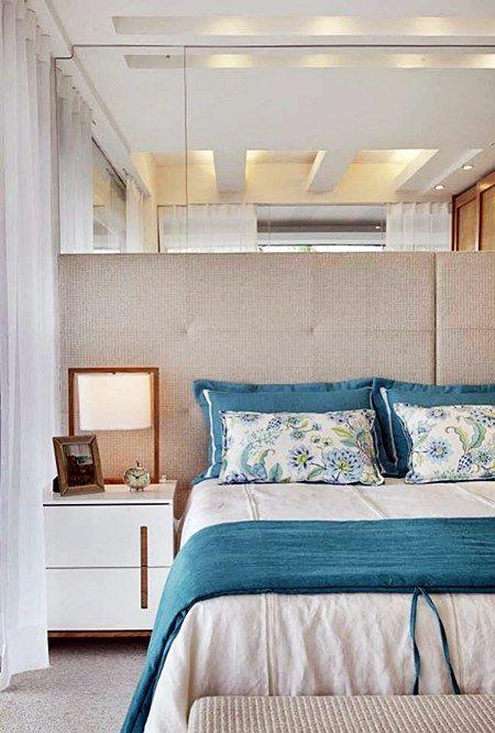 Eu gosto muito de azul no quarto. Ligo azul ao céu, mar, tranquilidade, paz… E, pelo jeito, muita gente gosta também! Selecionei então, algumas fotos de quartos de casal que tem o azul nas paredes, nos detalhes, na roupa de cama…
