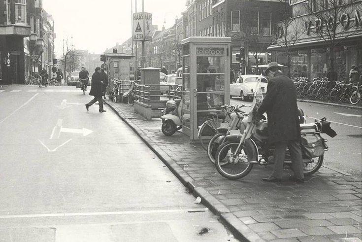 Haarlem. Het Verwulft in 1961 met zicht op V&D (rechts) en een telefooncel met daarachter de openbare toiletten