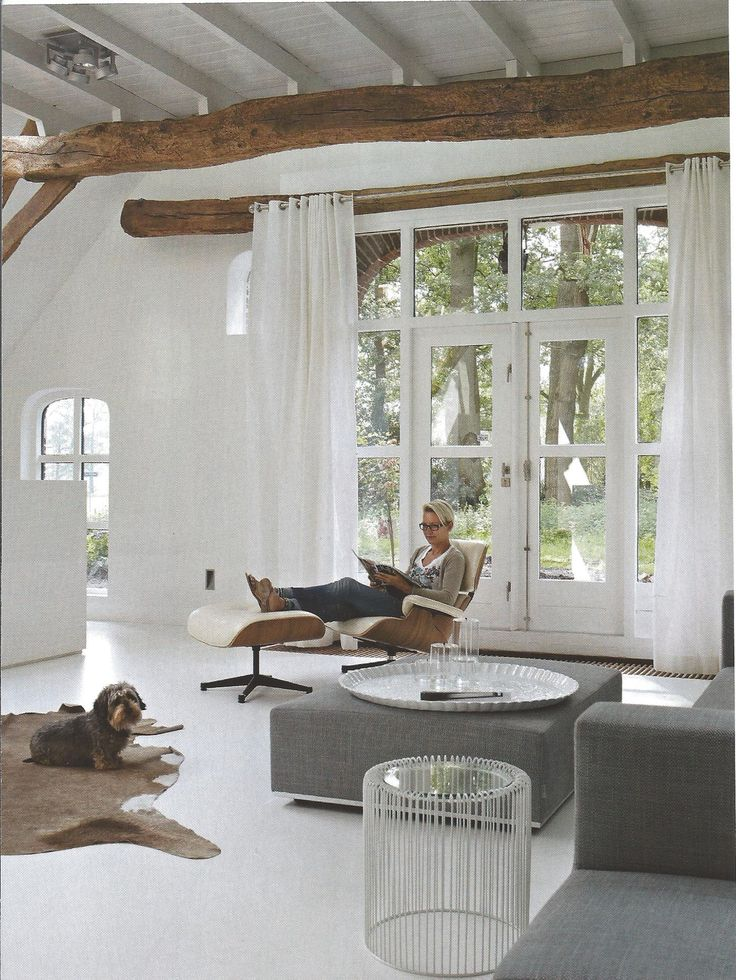 Mmm... what a tranquille atmosphere. I like the wood beam just behind the drapes.