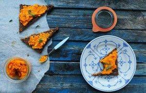 Nem og sund gulerodspesto opskrift med en let krydret, sødlig og saltet smag.