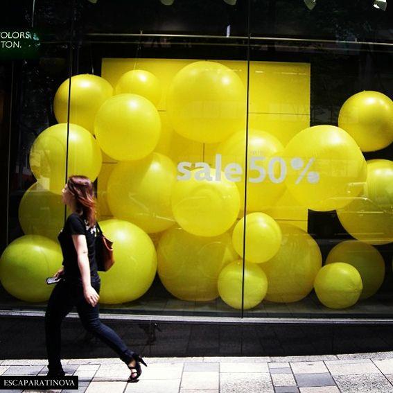 Escaparate muy curioso lleno de globos amarillos de distintos tamaños