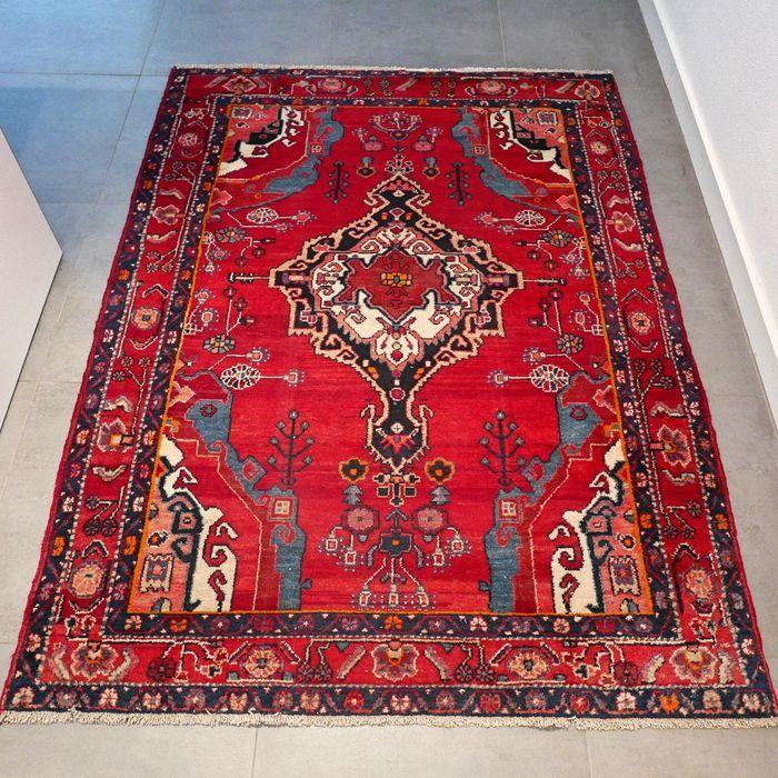 Dit is een handgeknoopt Hamadan tapijt, gemaakt van duurzame, natuurlijke materialen. De manier van knopen en diversiteit in patronen maken dit kleed tot een unicum en benadrukken het authentieke en ambachtelijke karakter.  Hamadan is één van werelds oudste steden, gelegen in het westelijk deel van Iran. Een Hamadan tapijt is te herkennen door de vaak geometrische medaillon in repeterende vorm. Hamadan tapijten zijn goede gebruikstapijten met een lange levensduur.  Het betreft hier een…