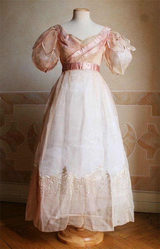 Abito da sera intero in seta con nastri di raso in vita e sul corpino. 1829