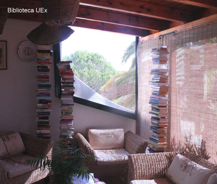 """Libros donados y olvidados por los #viajeros tras sus estancias en la """"Casa Rural Monte da Bravura"""" en Lagos, Portugal. Predominan los #libros de lengua holandesa y alemana. Imagen enviada por nuestra compañera Maribel Gaspar"""
