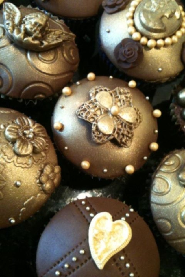 Beautiful gold and pearl cupcakes!
