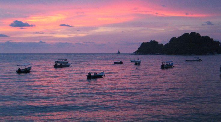 Na jižním pobřeží Malajsie, v Melacké úžině, se nachází malinký ostrov Pangkor. Dříve rejdiště pirátů, dnes oblíbená víkendová destinace pro Malajce a odpočinková zastávka pro cestovatele, se stále živou komunitou rybářů a loďařů.