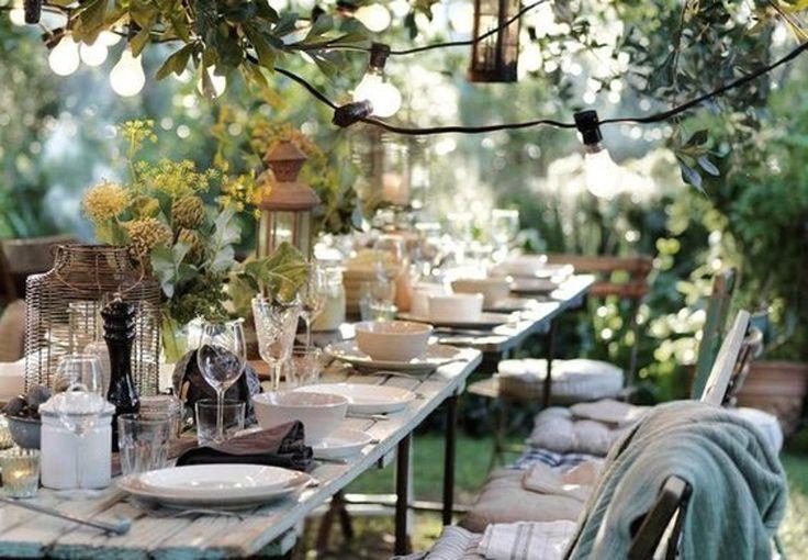 Hvide græskar, røde bær, orange efterårsløv, råt træ ... Bliv inspireret til at dække et stemningsfuldt efterårsbord.