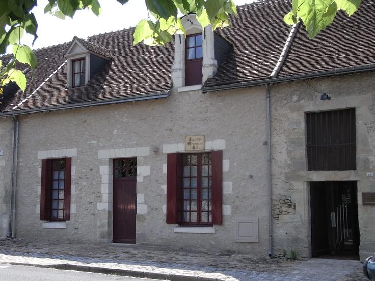 Située à Loches, cité médiévale au coeur des châteaux de la Loire, cette maison du XVIè/XVIIè siècle est un ancien grenier à sel remarquablement restauré.