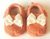 Pêches mocassins cuir corail, mocassin mocassins, chaussures de bébé/bambin « Peachy Keen » Soft uniques, Cage et lanterne Design