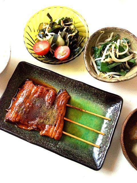 鰻の蒲焼、ニラともやしの炒め物、キュウリとワカメとシラスの酢の物、豆腐とちくわのお吸い物。高いと言われても、見かけたら食べたくなる鰻。これ一品あれば、料理もラクだしね。 - 3件のもぐもぐ - 今日の夕ご飯 by minmaki