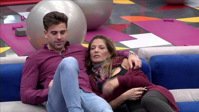 Ivonne Reyes y Sergio Ayala a punto de besarse
