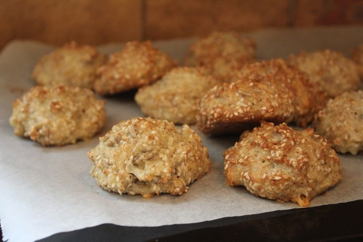 Detta är ett riktigt bra, hälsosamt, bröd med sesamfrön och hasselnötsmjöl. Hasselnötsmjölet är gjort av nermixade hasselnötteroch gör brödet saftigt. Detta brödet är gjort på bakpulver och behöver därförinte tid till att jäsa.  Recept:  3 ägg 1½ dl hasselnötsmjöl (mixa hasselnötter, att skala dem behövs inte) 1½ dl sesamfrön 2 msk solrosfrön...