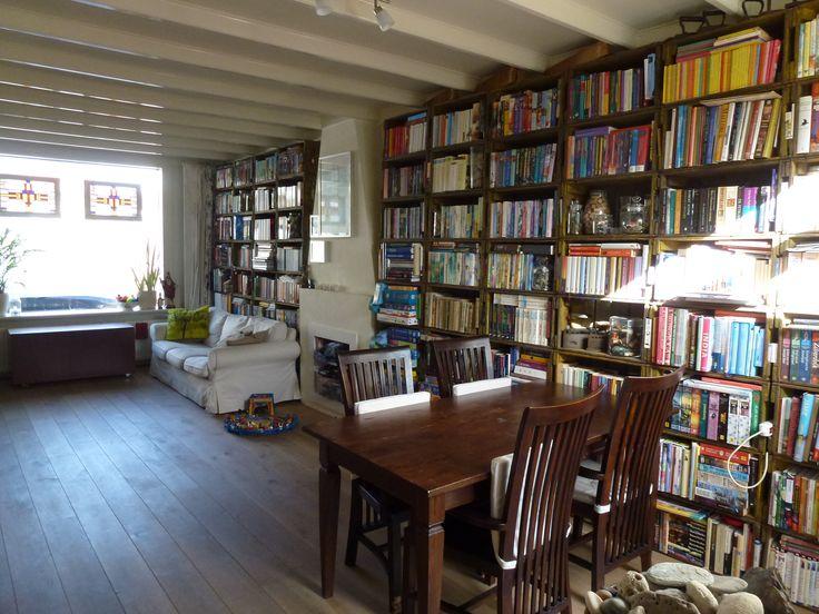 En dit is ie dan, de ruimte waar ik graag een make over voor wil! De grote beperking? Mijn boekenkast! Gemaakt van Bavaria bierkratjes en voor mij heel dierbaar! Die mag het huis dus niet niet (en aangezien er elders geen ruimte voor is...), uitdaging voor de stilisten! (ps: ik is te lezen als we natuurlijk!)