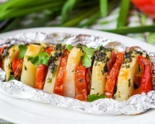 Brochettes de pommes de terre et tomates au persil cuites au barbecue