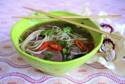 Vietnamilainen lihakeitto pho lämmittää kylmällä. Sen tekeminen vaatii aikaa, mutta odotus palkitaan herkullisella maulla.