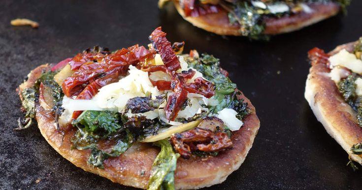 Till detta pizzarecept behöver du ingen ugn, du steker istället bottnarna i olivolja.