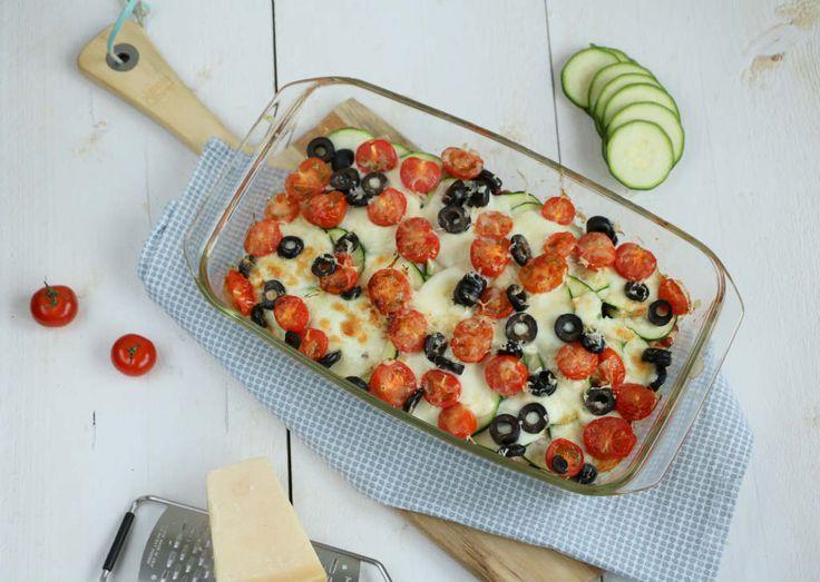 Een makkelijke vegetarische maaltijd: pasta uit de oven met bonen, cherry tomaatjes, courgette, mozzarella en olijven.