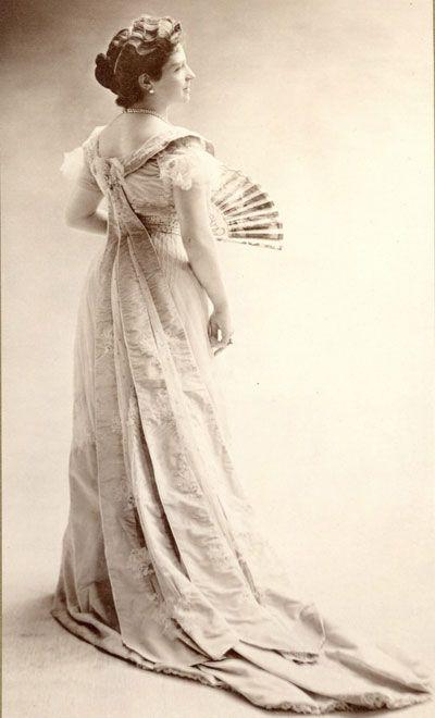 Ritratto di famiglia al Foam di Amsterdam  Thora van Loon Egidius, 1900 circa. Studio fotografico Nadar  Nadar divenne famoso per aver rivoluzionato i canoni espressivi della ritrattistica statica propria della pittura. Fu tra i primi fotografi a comprendere l'importanza della luce per enfatizzare le caratteristiche delle persone ritratte. Alcuni canoni stilistici continuarono per un certo periodo ad ispirarsi al ritratto pittorico e al suo approccio formale.  Come per la pittura, anche…