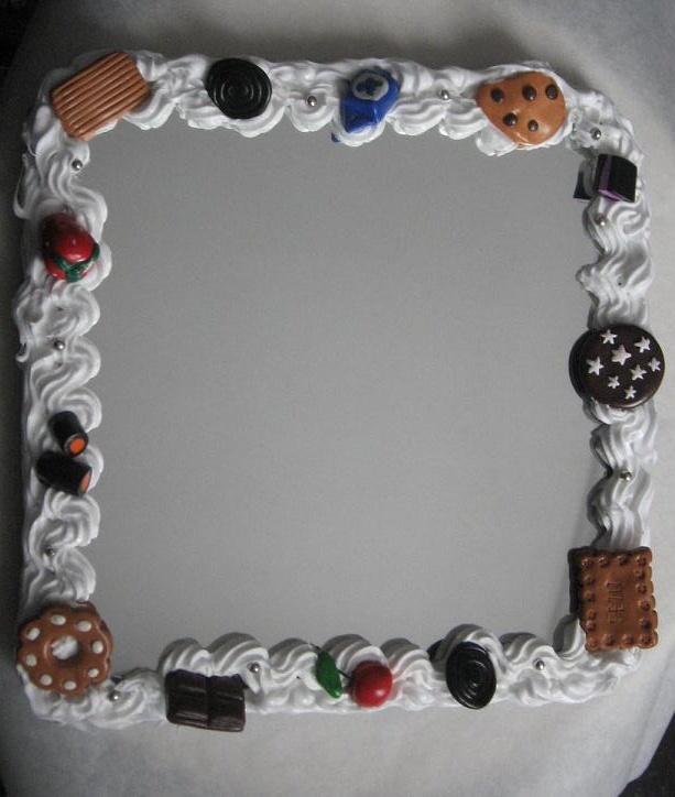 Specchio con cornice in silicone e dolci creati a mano in fimo.