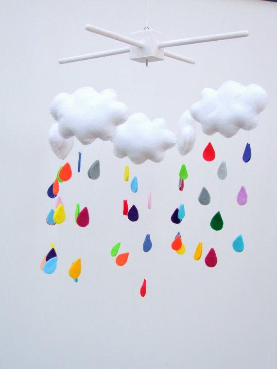 Bienvenue dans ma boutique de mobile bébé FeltButtons  Ce bébé créé la main mobile contient 5 de nuages blancs et 45 gouttes de pluie arc-en-ciel