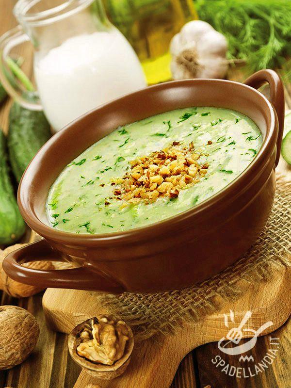 La Crema di yogurt greco e cetrioli con noci è una preparazione etnica chiamata tarator: è una zuppa bulgara fredda popolare in estate anche in Albania.