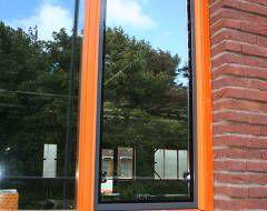 Parnassiakliniek - Den Haag Het uitgangspunt van de nieuwe verslavingskliniek is dat mensen op een plezierige wijze kunnen herstellen van hun alcohol- of drugs verslaving.  Op de eerste etage zijn naar buitendraaiende ramen vervangen voor naar binnendraaiende hardglas ramen.