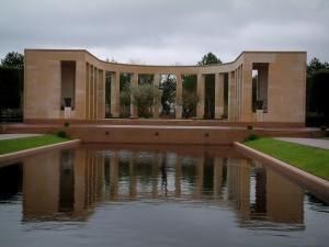 Cimetière américain de Colleville-sur-Mer - Mémorial et bassin d'eau du cimetière militaire américain